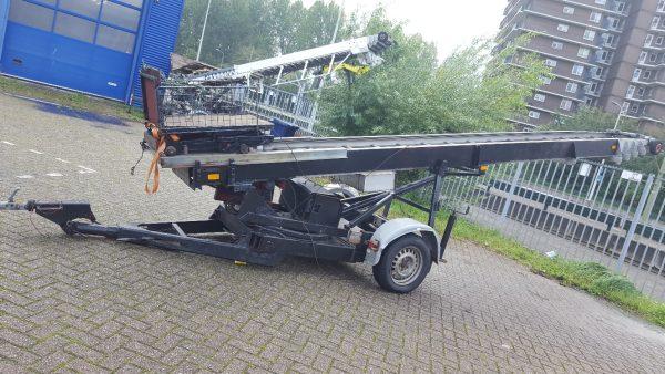 Stavebný výťah s dosahom 26 metrov váha bremena 200kg na vlastnom podvozku